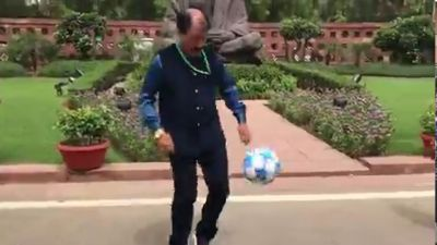 संसद परिसर में फुटबॉल खेलते नज़र आए टीएमसी सांसद, पीएम मोदी के सामने रखी ये मांग