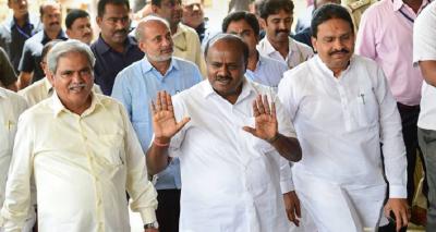 कर्नाटक: बागी विधायकों की मान मनोव्वल जारी, नागराज को मनाने पहुंचे डी के शिवकुमार