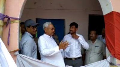 बिहार: बाढ़ पीड़ितों से मिले सीएम नितीश कुमार, राजद विधायक भी रहे मौजूद