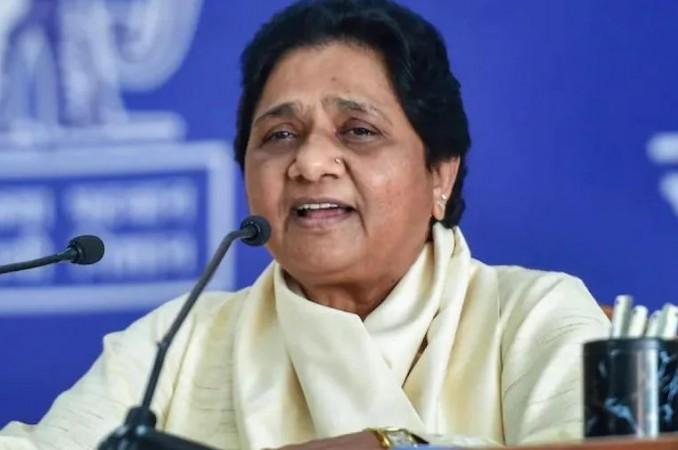 अखिलेश पर बरसीं मायावती, कहा- सपा को अपने स्थानीय नेताओं पर भरोसा नहीं