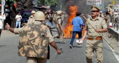 Chaos continues in Bengal; People throw stones on Policemen