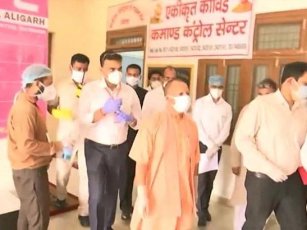 कोरोना संकट में सीएम योगी ने खुद संभाला मोर्चा, अलीगढ़ में कोविड सेंटर पहुंचकर लिया जायज़ा