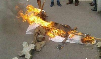 ऊर्जा मंत्री का पुतला फूंक रहे थी कांग्रेस, अचानक पार्टी के जिला अध्यक्ष के पायजामे में लगी आग