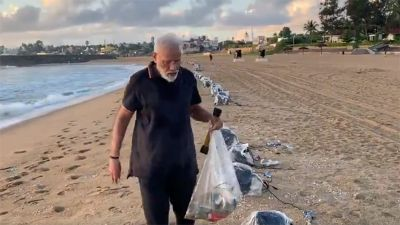 महाबलीपुरम बीच पर कचरा बीनते नज़र आए पीएम मोदी, देखें वीडियो