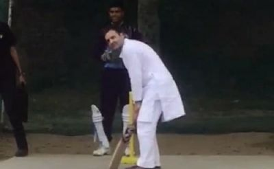 Video: रेवाड़ी में क्रिकेट पिच पर उतरे राहुल गाँधी, जमकर लगाए चौके-छक्के