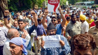 PMC Bank Scam: Two people faint during protest outside RBI headquarter
