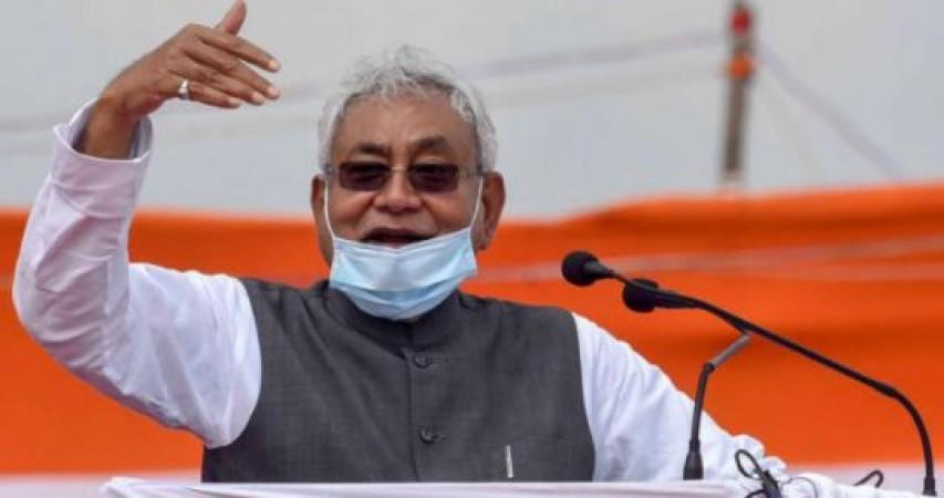 बिहार चुनाव: सीएम की रैली में लगे नितीश मुर्दाबाद के नारे, मंच पर फेंकी चप्पल