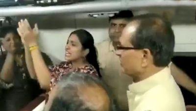 VIDEO: जब ट्रेन में भजन गाते नज़र आए शिवराज सिंह चौहान, मंत्रमुग्ध हो गए यात्री