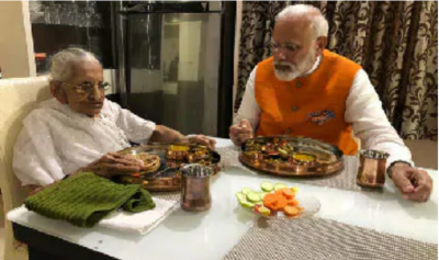 PM Modi took his mother's blessing on birthday, sat down and ate food