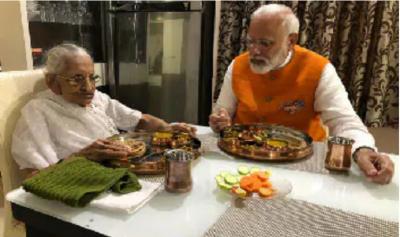 जन्मदिन पर पीएम मोदी ने लिया माँ का आशीर्वाद, साथ बैठकर किया भोजन