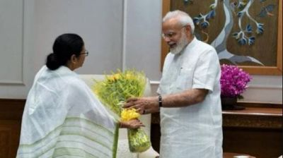 Mamta Banerjee presented kurta to PM Modi, invites him to Bengal