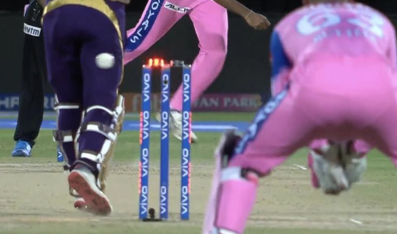 IPL 2019 : आखिर क्यों? तेज रफ्तार गेंद स्टंप्स पर लगने के बाद भी नहीं गिरी गिल्लियां