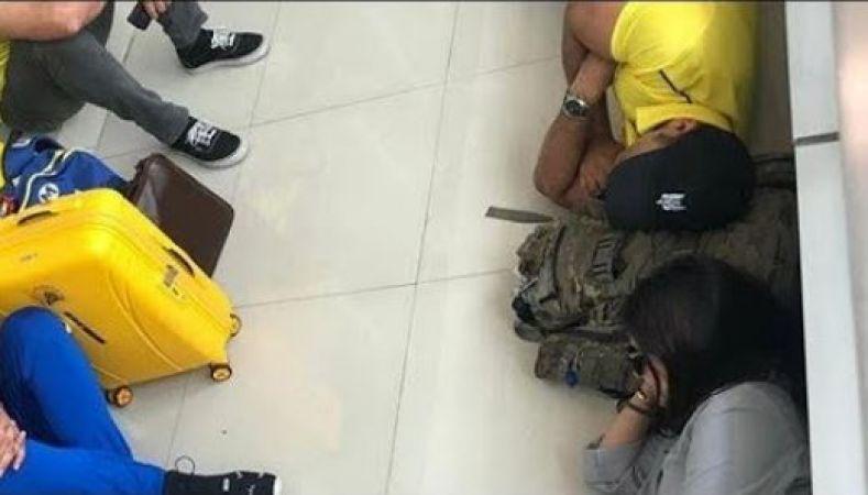 कुछ इस तरह एयरपोर्ट पर ही मिटा ली धोनी ने अपनी थकान, पत्नी साक्षी भी थी साथ