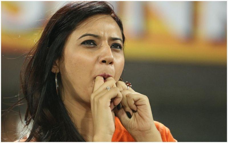 किसिंग सिन से ट्रोल ईशा आईपीएल में नज़र आई