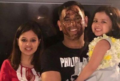 VIDEO : इस खास अंदाज में मना धोनी का जन्मदिन, चेहरे पर केक, गोद में बिटिया