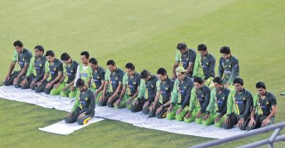 वर्ल्ड कप में छिड़ी नई बहस, जब पाकिस्तानी खिलाड़ी मैदान पर नमाज़ पढ़ सकते हैं तो फिर धोनी क्यों.....