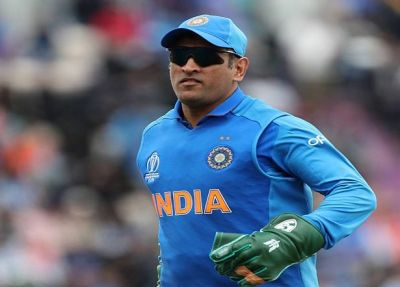 Dhoni won't wear Army Insignia gloves in today's match against Australia