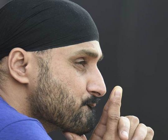 आईपीएल खेल रहे हरभजन को मिला बांबे हाईकोर्ट का समन