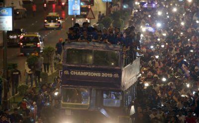 मुंबई की सड़कों पर कुछ इस अंदाज में मना आईपीएल की जीत का जश्न