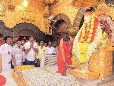 शिरडी साईं बाबा के दरबार में दर्शन करने पहुंचे टीम इंडिया के कोच रवि शास्त्री