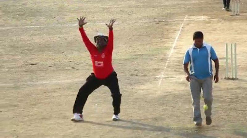 VIDEO : बीच मैच में अंपायर ने लगाए जमकर ठुमके