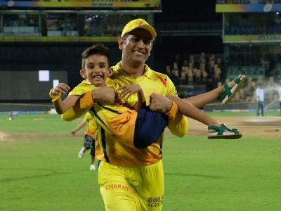 MS Dhoni enjoys sprint session with Tahir junior and Watson junior, watch video