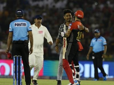 A fan breaches security to hug not Dhoni but Virat Kohli this time, watch video here