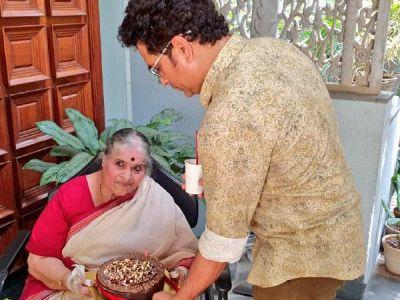 Sachin Tendulkar pens a heartfelt note for her mother on Mother's Day