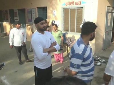 Harbhajan Singh casts his vote in Jalandhar