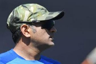 Dhoni seen wearing sacrifice badge on cap in US, gave this gift to fan