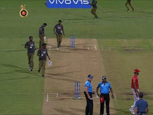 Ball lost drama during RCB vs KXIP clash,read on
