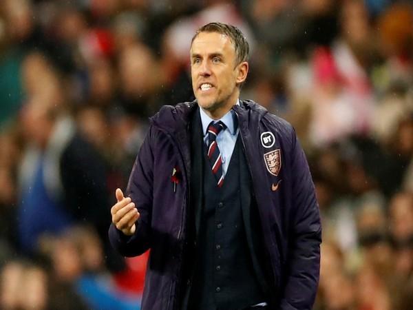 फिल नेविल ने इंग्लैंड महिला फुटबॉल के प्रमुख कोच के रूप में रखा कदम