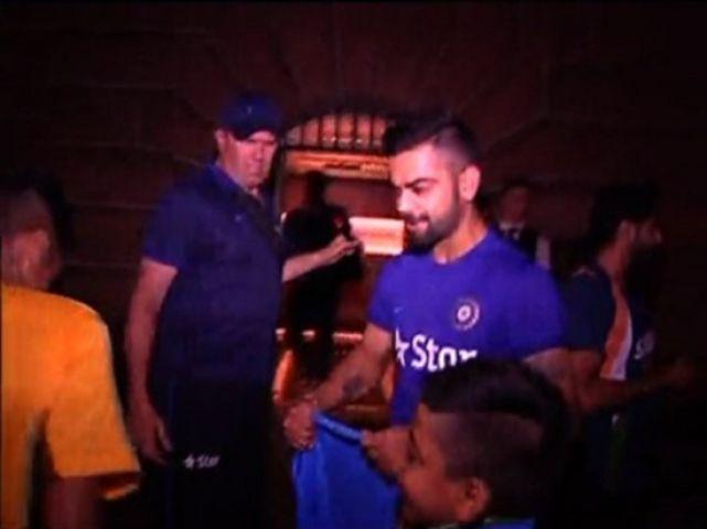 कोहली ने भारतीय मूल के ऑस्ट्रेलियन लड़के को टीम इंडिया की जर्सी दी