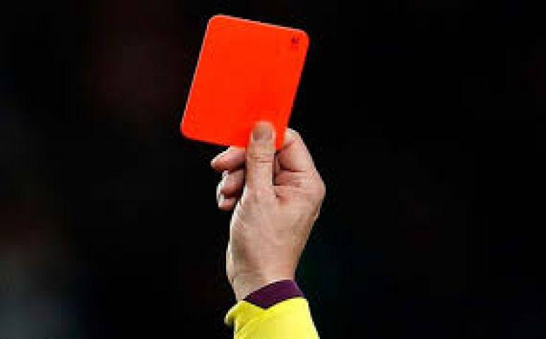 अब क्रिकेट के अंपायर भी दिखाएंगे रेड कार्ड