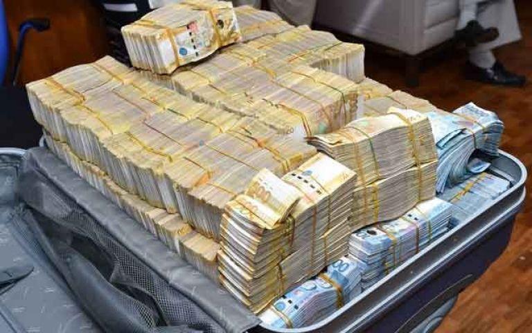 चोरो ने बैंक से उड़ाए 19 लाख