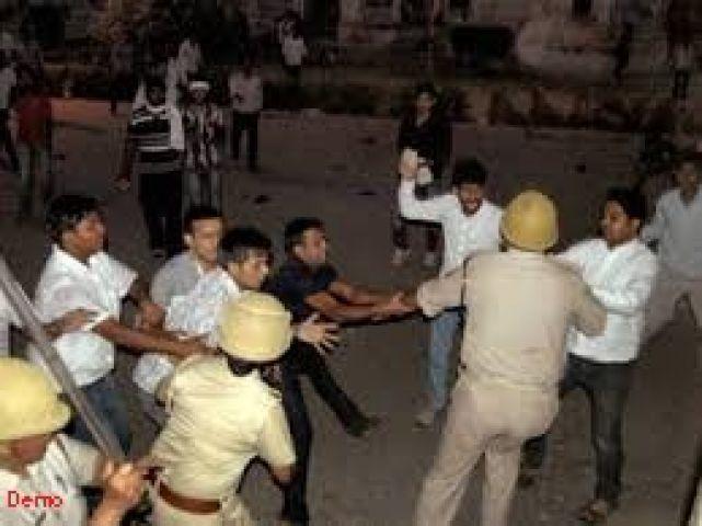 MP : छात्रों के दो गुटों में टकराव, पुलिस ने लाठीचार्ज किया तो...?