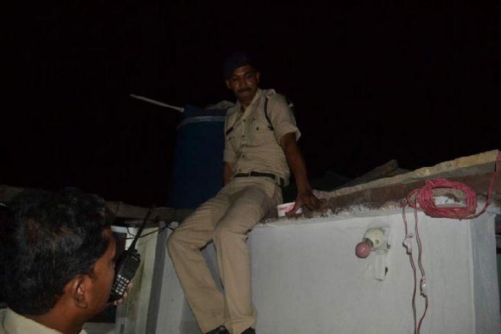 शराब माफिया ने पत्रकारों और पुलिसवालों को दौड़ा-दौड़ा कर पीटा