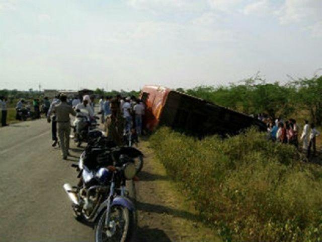 खिलचीपुर में स्कूल बस का स्टेयरिंग बहका, छात्र समेत दो की मौत
