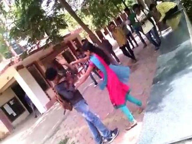 कॉलेज में छात्रा ने की मनचले की जमकर धुलाई, पिटाई होते ही बोलने लगा बहन