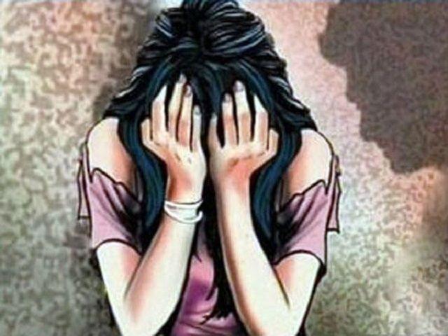 नौकरी के बहाने चलती ट्रैन में किया बलात्कार