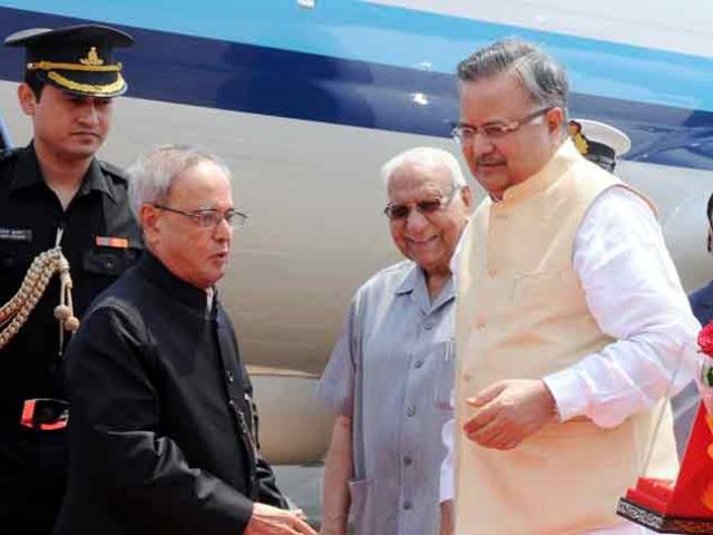 राष्ट्रपति पहुंचे छत्तीसगढ़, मुख्यमंत्री रमनसिंह ने किया आत्मीय स्वागत