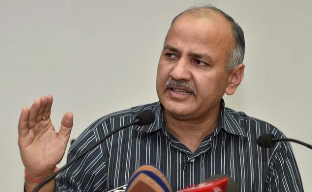 शिक्षकों से घिरे दिल्ली के उपमुख्यमंत्री सिसौदिया