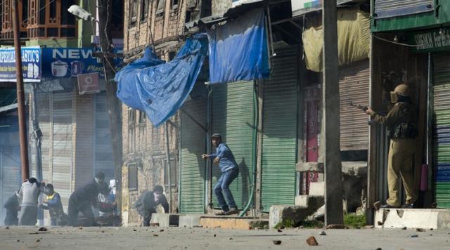 मसरत की गिरफ्तारी पर कश्मीर बंद का एलान, फायरिंग में एक की मौत