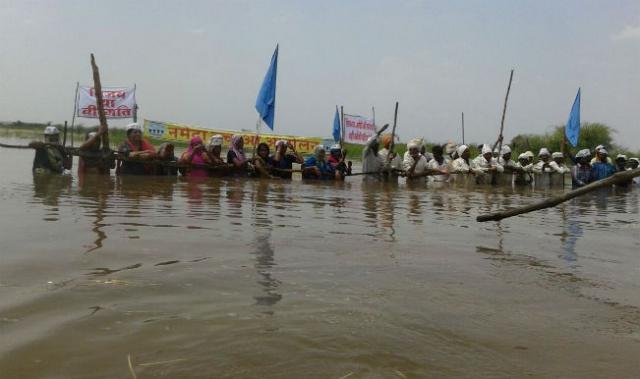 जल सत्याग्रह का 9वां दिन, लोगो के पैरो को खा रही मछलियाँ