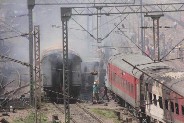 दो राजधानी रेलगाड़ियों में लगी भीषण आग