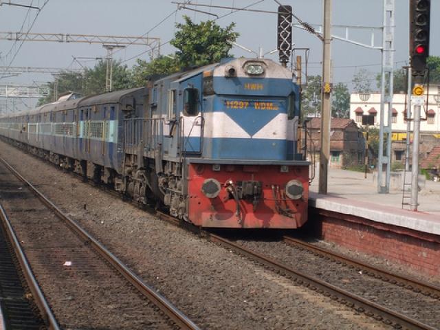 बाइक से टकराई रेलगाड़ी, 3 की मौत