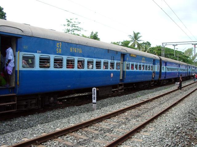 रिश्तेदार को नहीं मिला टिकट तो रेलवे को थमाया नोटिस