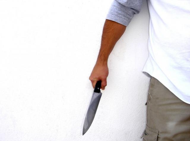 पत्नी बेटी को चाकू मार की आत्महत्या