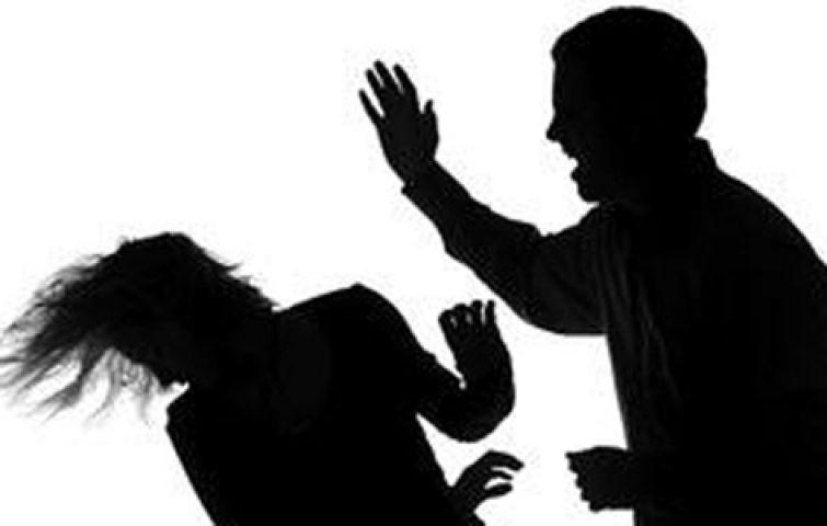 जमीन विवाद में महिला को निर्वस्त्र कर पीटा