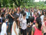 मिनी स्कर्ट पर पांबदी से गुस्साई छात्राओं ने किया विरोध प्रदर्शन